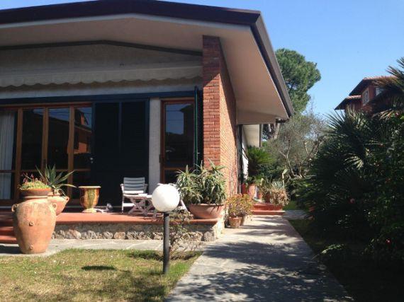 Вилла в Форте деи Марми, Италия, 240 м2 - фото 1