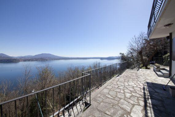Вилла у озера Маджоре, Италия, 900 м2 - фото 1