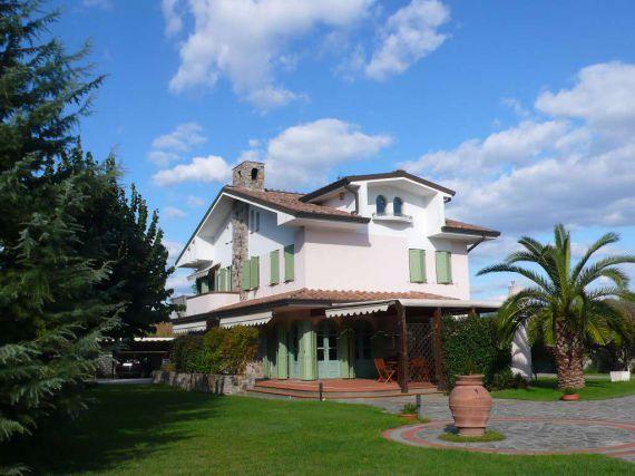 Вилла в Лукке, Италия, 400 м2 - фото 1