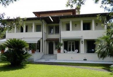 Вилла в Форте деи Марми, Италия, 500 м2 - фото 1