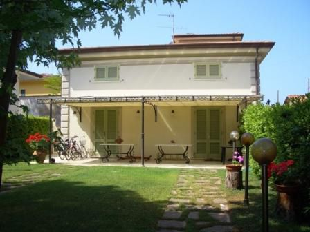 Квартира в Марина ди Пьетрасанта, Италия - фото 1