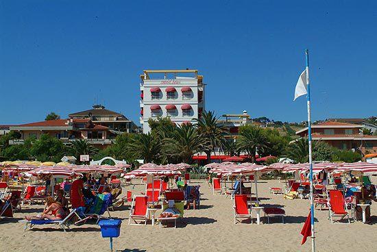 Отель, гостиница в Абруццо, Италия - фото 1