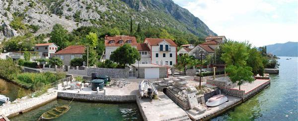 Вилла в Люте, Черногория, 375 м2 - фото 1
