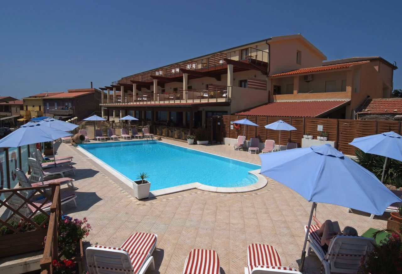 Отель, гостиница в Изола Росса, Италия, 2500 м2 - фото 1