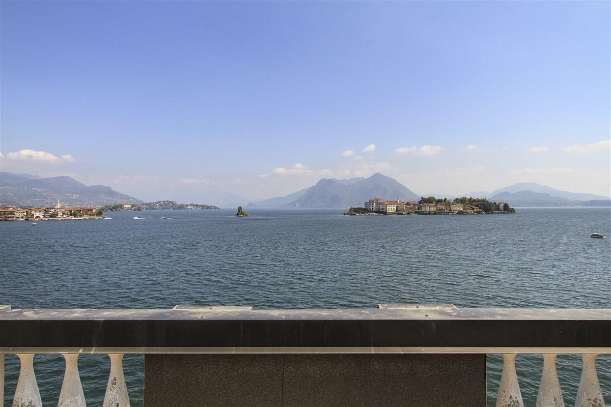 Вилла Озеро Маджоре, Италия, 758 м2 - фото 1
