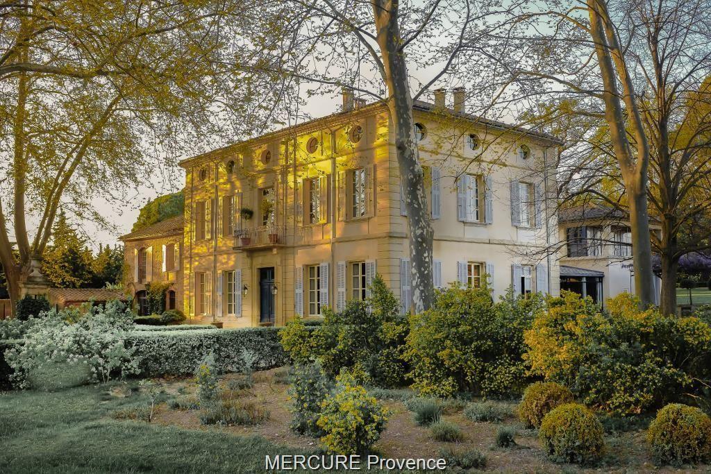 Замок в Авиньоне, Франция, 1034 м2 - фото 1