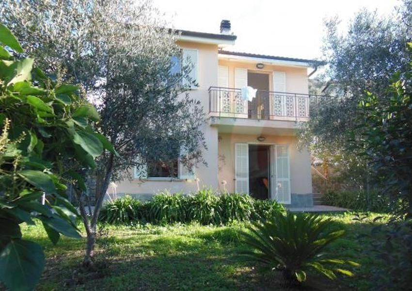 Buy a house in a village in Bordighera inexpensively